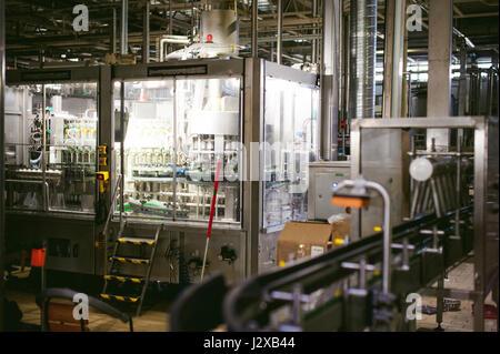 Ligne de production de bière. L'équipement pour la production et la mise en bouteille du produit fini. Appareil technologique industrielle spéciale à l'usine