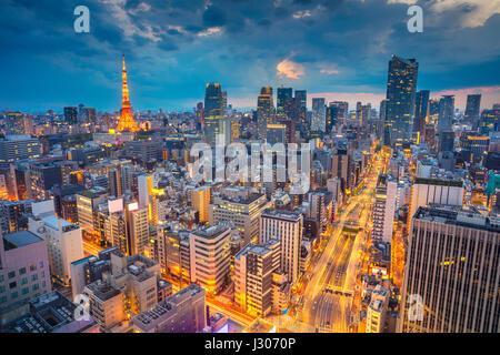 Tokyo. Cityscape de droit de Tokyo, au Japon pendant le coucher du soleil. Banque D'Images