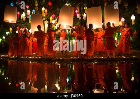 CHIANG MAI, THAÏLANDE - 7 NOVEMBRE 2014: les jeunes moines bouddhistes en robe orange lancer sky lanternes lors Banque D'Images