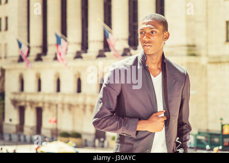 African American Woman voyager à New York, vêtu de noir, veste à la mode maillot de corps blanc, debout devant un Banque D'Images