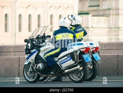 Agents de la circulation sur leur patrouille parle motos Banque D'Images