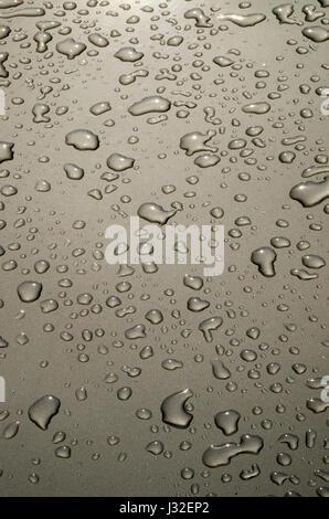 Gouttes de pluie sur la voiture Banque D'Images