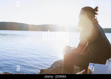 Jeune homme à admirer la vue sur un lac pittoresque Banque D'Images
