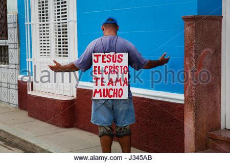 """Un homme avec un signe sur le dos qui dit 'Jésus Christ je t'aime beaucoup"""" Banque D'Images"""