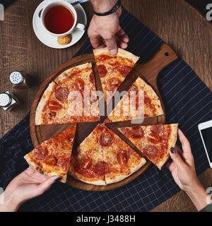 Flatlay. Les amis manger une pizza. Banque D'Images