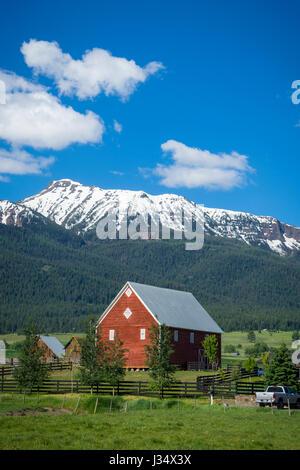 Grange rouge près de montagnes Wallowa en Oregon Banque D'Images