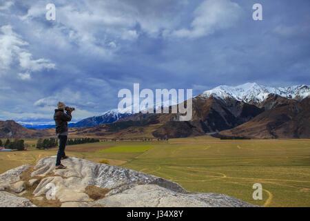 Photographe de prendre une photo sur la falaise de roche château hill view point en route vers le parc national Banque D'Images