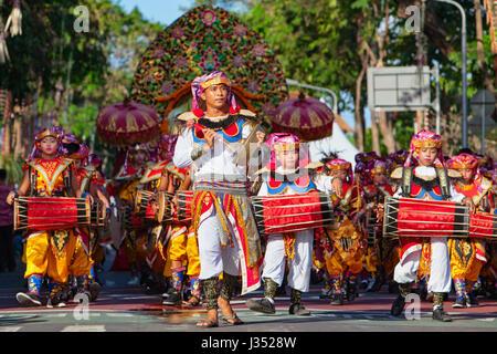 DENPASAR, BALI, INDONÉSIE - Juin 11, 2016: Groupe des balinais. Beaux enfants en costumes colorés traditionnels jouent la musique du gamelan sur stre Banque D'Images