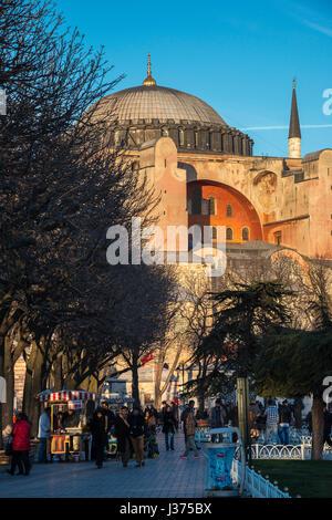 La fin de l'après-midi la lumière inonde les dômes et les minarets d'Aya Sofya, Sultanahmet, Istanbul, Turquie Banque D'Images