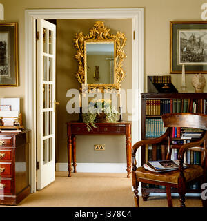 Miroir, table et par une porte ouverte. Banque D'Images