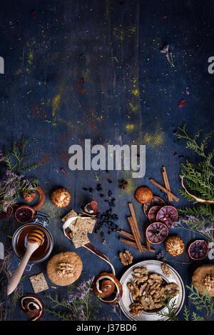 Arrière-plan de boulangerie, pâtisserie fraîche avec des ingrédients sur une table en bois bleu. Ambiance orientale. Vue de dessus, copiez l'espace.