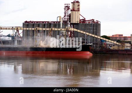 Le grand navire sur la rivière Willamette à Portland Oregon est chargé avec les marchandises en vrac, roulant dans Banque D'Images