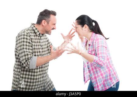 Angry couple combats et criant à l'autre avec rage isolé sur fond blanc Banque D'Images