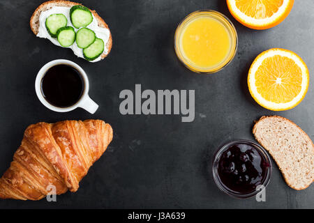 Toasts, croissants, jus d'orange et café sur table bleu rustique, brunch, vu de dessus de table Banque D'Images