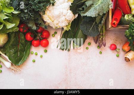 Matières premières végétales printemps frame sur du béton. Vue d'en haut, l'image aux couleurs vintage, espace blanc Banque D'Images
