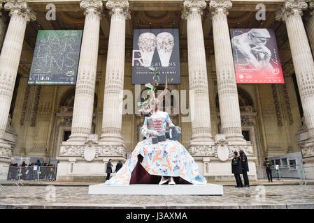 Paris. 3 mai, 2017. Photo prise le 3 mai 2017, montre une oeuvre d'art en face du Grand Palais à Paris, France. Banque D'Images