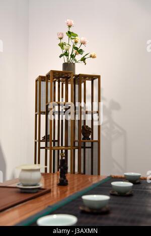 Paris. 3 mai, 2017. Photo prise le 3 mai 2017, expose des oeuvres de meubles chinois exposées lors de la 3e Biennale Banque D'Images