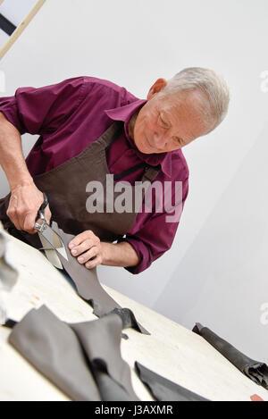 Paris. 3 mai, 2017. Un artisan démontre le processus de production d'articles en cuir au cours de la 3e Biennale Banque D'Images