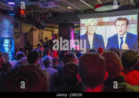 Paris, France. 3 mai, 2017. Les gens regardent une émission de télévision le débat entre les candidats à l'élection Banque D'Images