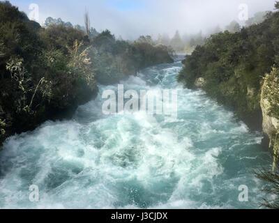 Flux de précipitation sauvage près du lac Taupo Huka Falls dans le Nord de l'île de la Nouvelle-Zélande Banque D'Images