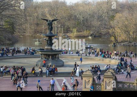 Bethesda Fountain et terrasse donnent sur le lac de Central Park, à New York.
