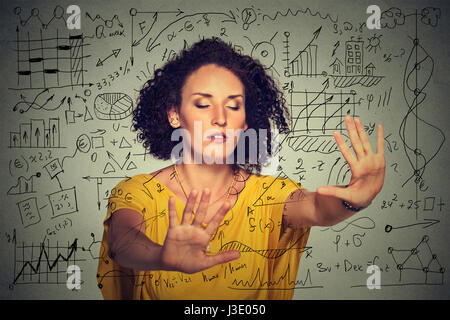 Jeune femme d'affaires, les yeux bandés, la recherche à travers les médias sociaux complexes plan données financières. Banque D'Images