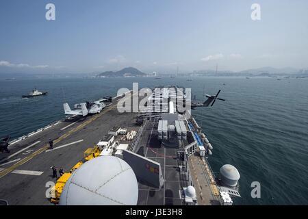 L'USN Wasp-classe d'assaut amphibie USS Makin Island arrive à port 7 avril 2017 à Hong Kong, Chine. (Photo de la Banque D'Images