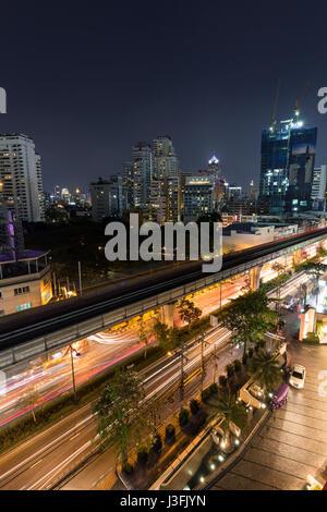 Scenic view of skyscrapers et Sukhumvit Road dans le centre de Bangkok, Thaïlande, la nuit d'en haut. Banque D'Images