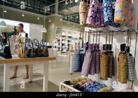 Miami Floride Dolphin Mall Coach Factory Outlet Femme shopper shopping sacs à main designer maroquinerie marketing Banque D'Images