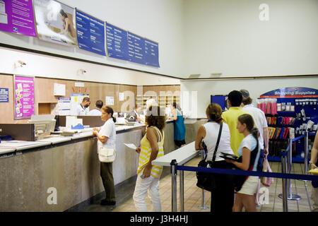 Miami Beach Florida Avenue Washington USPS United States Postal Service guichet de poste employé femme femmes homme Banque D'Images