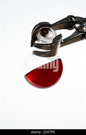 Verrerie de chimie avec liquide coloré Banque D'Images