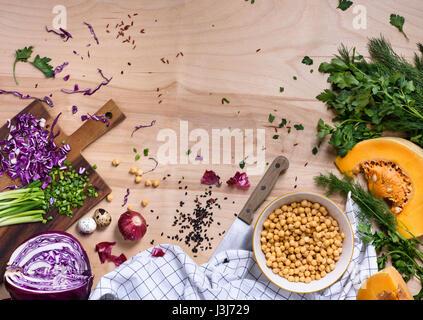 Nettoyer l'alimentation végétarienne concept sur fond de bois naturel, vue du dessus. Les légumes, graines, haricots, Banque D'Images