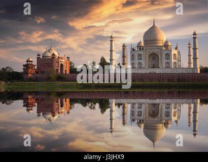 Taj Mahal coucher du soleil vue depuis les rives de la rivière Yamuna. Taj Mahal est un mausolée en marbre blanc, Banque D'Images