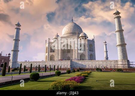 Taj Mahal à Agra en Inde avec un beau ciel coucher de Moody. Site du patrimoine mondial de l'UNESCO à Agra en Inde Banque D'Images