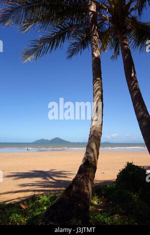 Mission Beach avec en arrière-plan de Dunk Island, Queensland, Australie Banque D'Images
