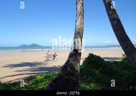 Promeneurs sur Mission Beach avec en arrière-plan de Dunk Island, Queensland, Australie. pas de MR Banque D'Images