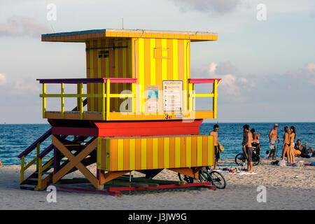 Miami Beach Florida Atlantic Ocean Beach Sunset public stand secours sécurité beachgoer coloré mer océan Sable filles Banque D'Images