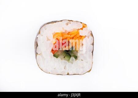 Rouleaux de sushi japonais frais traditionnels sur un fond blanc. Rouleau avec des légumes. Rouleau végétarien. Banque D'Images