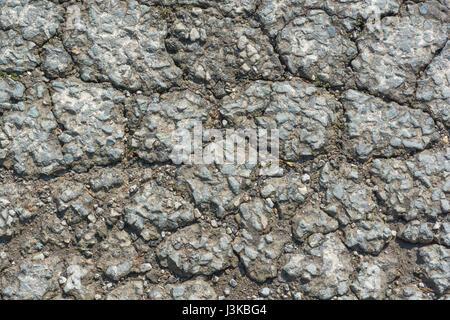 Surface de la route du tarmac cassée - pour tomber en panne, casser, entretien / infrastructure médiocre, mauvaise Banque D'Images