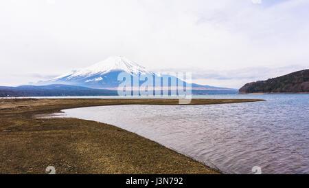 Le mont Fuji avec de la neige au sommet au printemps au lac Yamanaka Banque D'Images
