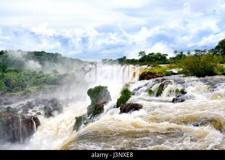 Chutes d'Iguaçu (aka Iguassu Falls ou Cataratas del Iguazu), province de Misiones, Argentine Banque D'Images