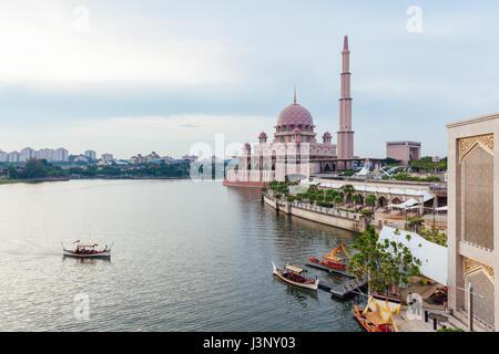 Belle Mosquée Putra rose au coucher du soleil, Putrajaya, Malaisie Banque D'Images