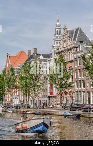 Petit bateau qui traverse un canal d'eau d'Amsterdam, Pays-Bas