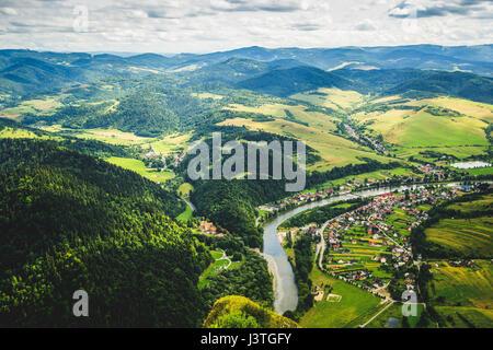 Vue aérienne de l'Trzy Korony pic dans les montagnes Pieniny en Pologne. Banque D'Images