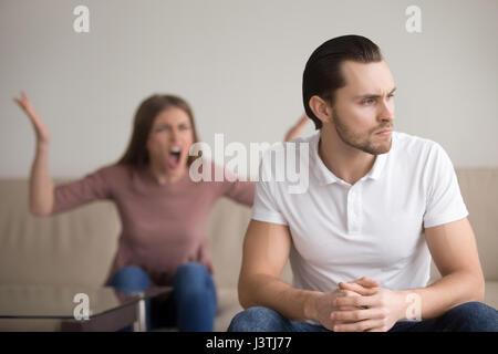 Jeune couple malheureux de se quereller, bouleversé, mari attentionné hyst Banque D'Images
