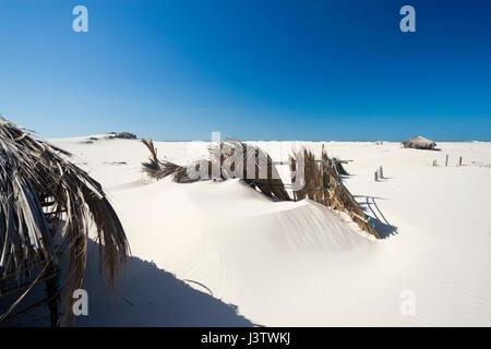 Cabanes de pêcheurs de gauche dans le paysage de dunes du désert du parc national lencois maranhenses au Brésil Banque D'Images