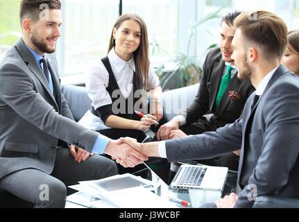 Business people shaking hands, finir une réunion. Banque D'Images