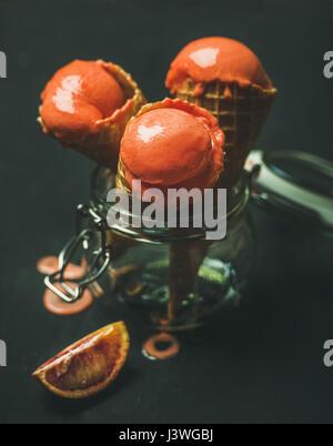 Orange sanguine d'été rafraîchissante dans la crème glacée cônes alvéolés