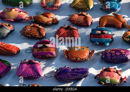 Sacs à main en cuir de couleur sur un trottoir dans un marché de rue à Porto, Portugal Banque D'Images
