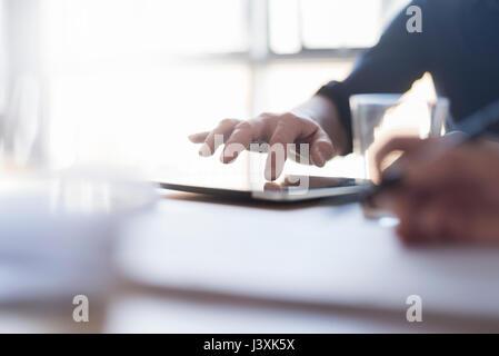 Man using digital tablet sur 24, Close up of hand